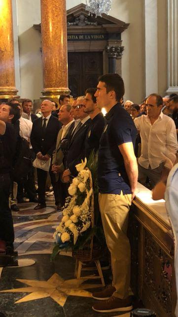 Los capitanes esperando frente a la Virgen