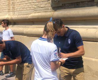 El equipo ha firmado autógrafos a los aficionados que les esperaban