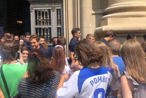 Decenas de jóvenes esperaron a los jugadores